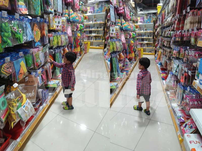 Ini Cara Ibu Muda Belikan Mainan Untuk Anak Lelakinya, Barulah Tak Berlaku Kes Tantrum Tempat Orang Ramai