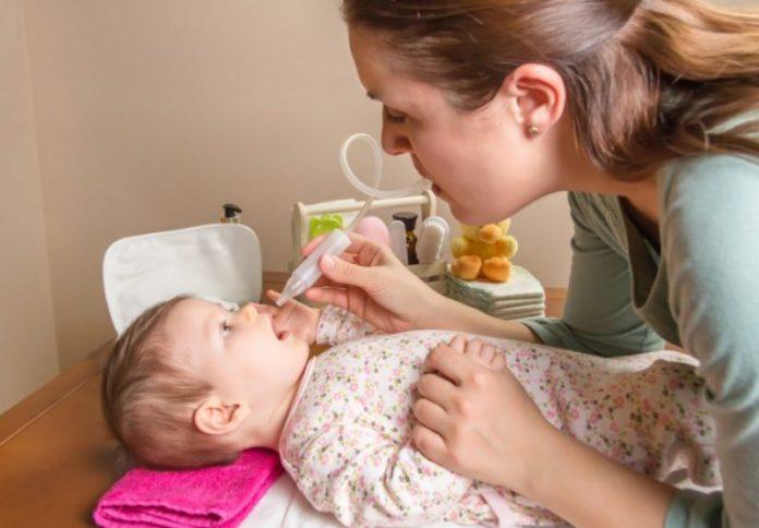 cara betul bersihkan hidung bayi tersumbat
