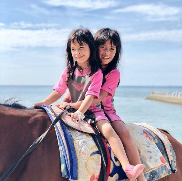 Bella naik kuda