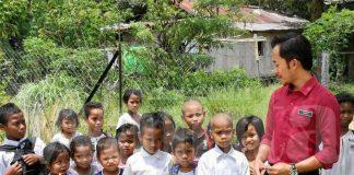 'Jangan Pakai Lagi Baju Sekolah Sayang' Demi Ilmu, 45 Minit Anak-anak Ini Berjalan Kaki Meredah Belantara
